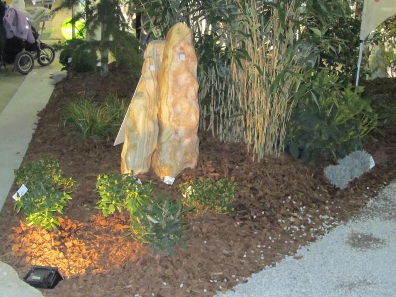 Pierre dans un massif avec clairage for Massif pierre jardin